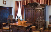 Intérieur avec des meubles en bois anciens — Photo