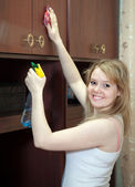 Ragazza felice pulisce mobili — Foto Stock