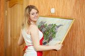 Kobieta obraz wisi na ścianie w domu — Zdjęcie stockowe