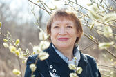 Mulher em salgueiro Primavera twig com botões — Fotografia Stock