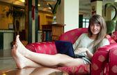 Meisje zitten met laptop — Stockfoto