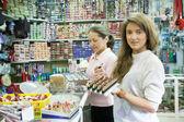 Deux femmes choisit cosmétique au magasin de cosmétiques — Photo