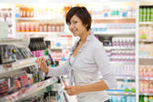 Girl at cosmetics shop — Stockfoto