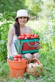 Femme avec une récolte de légumes — Photo