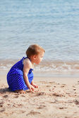 Girl on sand beach — Stockfoto