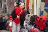 Kadın bavul dükkanında seçer — Stok fotoğraf