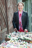 Samice zahradník koupí semena — Stock fotografie