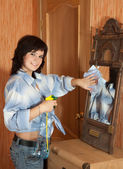 Happy girl cleans mirror — Stock Photo