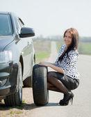Kvinna under hjulet ändra en — Stockfoto