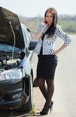 Business-frau in der nähe ihres autos broken — Stockfoto
