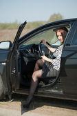 Mujer salir del coche — Foto de Stock