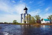 Kerk van voorbede op rivier nerl in vloed — Stockfoto