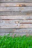 草と木製のフェンス — ストック写真