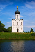 Church of the Intercession on the River Nerl in summer — Stock Photo