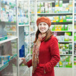 Stockfoto: Womin pharmacy drugstore