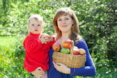 Happy woman and child with apples — Stock Photo
