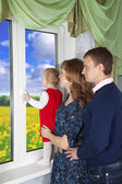 Family looking out the window — Stockfoto
