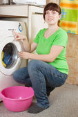 Woman doing laundry at her home — Stockfoto