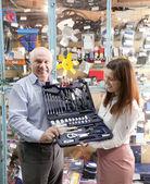 Dojrzały mężczyzna i kobieta posiada zestaw narzędzi samochodowych — Zdjęcie stockowe