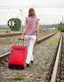 レールの上を歩いて女性の背面図 — ストック写真