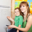 Foto Stock: Mom teaches child