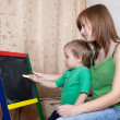 Mother and child draws on  blackboard — 图库照片
