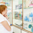 Foto Stock: Mature womr in pharmacy