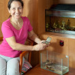 Foto Stock: Womwith aquariums at home