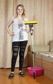 Femme nettoie avec mop — Photo