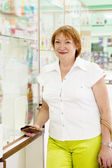 Mature woman at pharmacy — Stockfoto