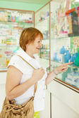 Femme choisit lavement en pharmacie — Photo