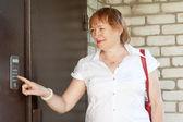Kvinna med hus intercom — Stockfoto