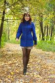 Mujer feliz en otoño — Foto de Stock