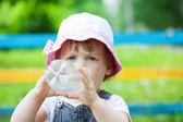2 jahre baby getränke aus der flasche — Stockfoto