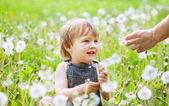 Happy Baby auf Wiese — Stockfoto