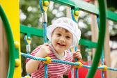 Criança de dois anos na área de parque infantil — Foto Stock