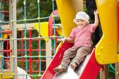 Criança de dois anos em slide — Foto Stock