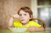 2 jaar kind zelf eet van plaat — Stockfoto