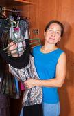 Donna sceglie il vestito nel guardaroba — Foto Stock