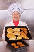 Baker met gebak — Stockfoto