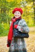 Felice donna matura in autunno — Foto Stock