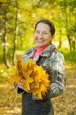 Kvinna i höst park — Stockfoto