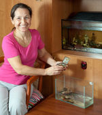 Woman with aquariums at home — Stockfoto