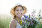 Donna matura con posy fiori — Foto Stock
