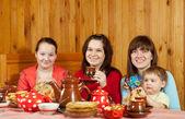 Vrouwen met kind thee drinkt en eet pannenkoeken — Stockfoto