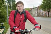 自転車で立っている若い男 — ストック写真