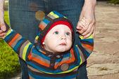 Ребенок ходит в Солнечный Парк. — Стоковое фото