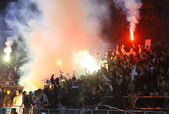 FC Dynamo Kyiv ultra supporters burn flares — Stock Photo