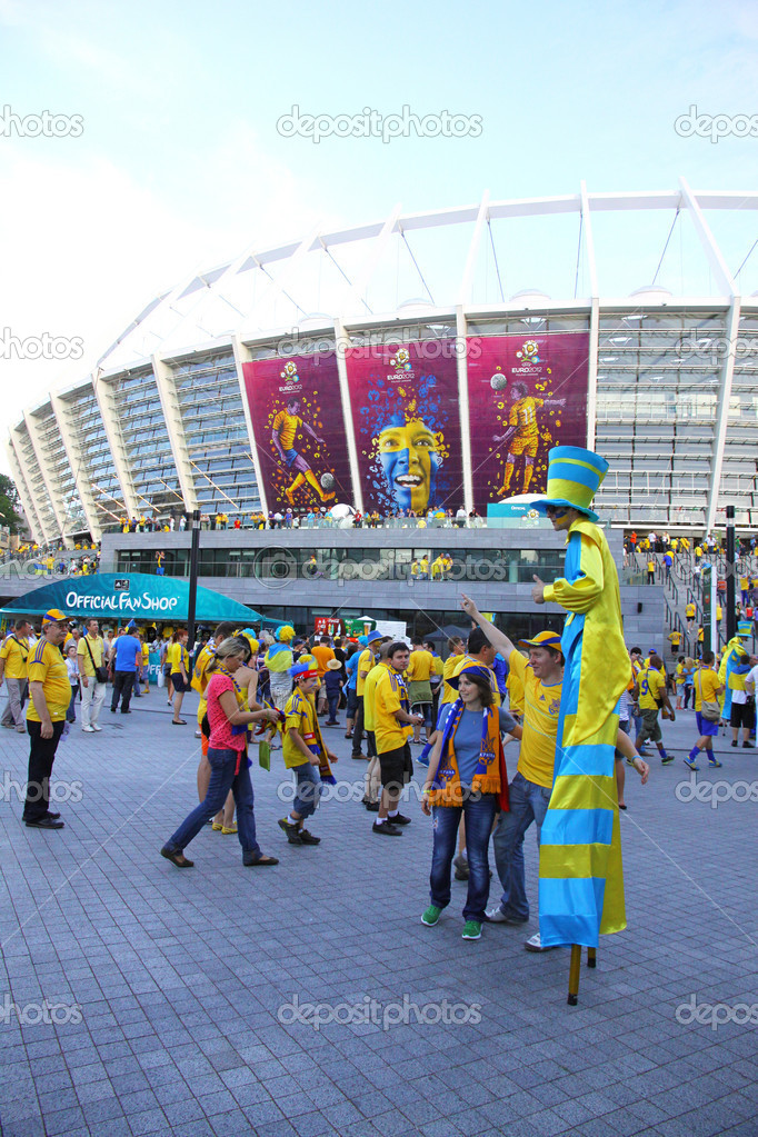 KYIV, UKRAINE - JUNE 11, 2012: Soccer fans go to the Olympic stadium (NSC Olimpiysky) before UEFA EURO 2012 game between Ukraine and Sweden on June 11, 2012 in Kyiv, Ukraine — Stock Photo #11462204