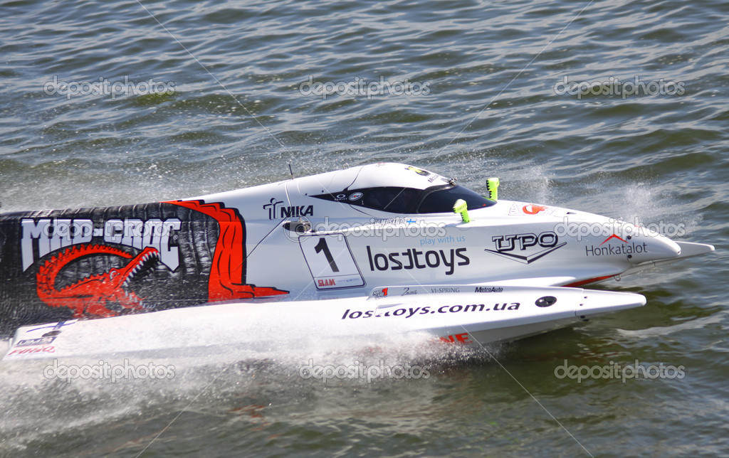 VYSHGOROD, UKRAINE - JULY 29, 2011: Sami Selio (Finland) of Mad Croc F1 Team drives during Formula 1 H2O Powerboat World Championship GrandPrix on July 29, 2011 in Vyshgorod, Ukraine — Stock Photo #11749320